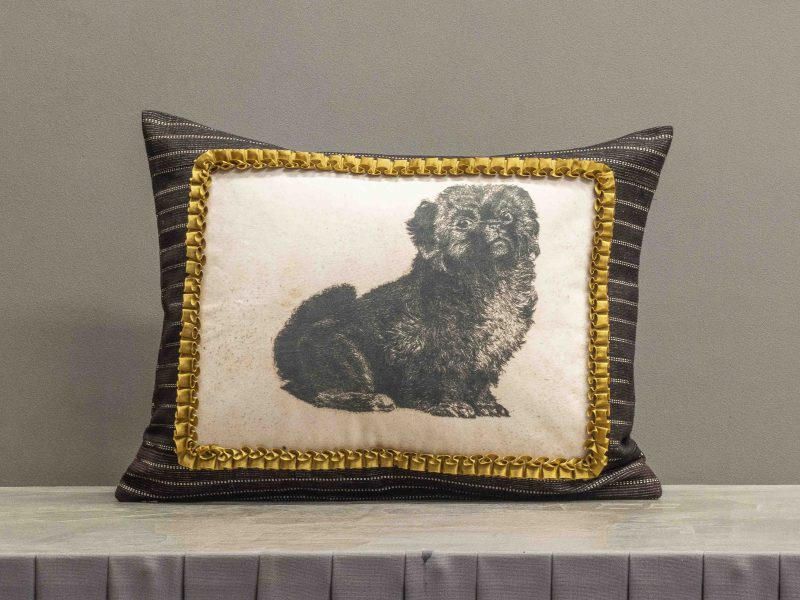 Kissen mit Hundemotiv und Goldborte