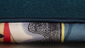 Handgefertigtes Dekorkissen petrol mit farbenfroher Seide