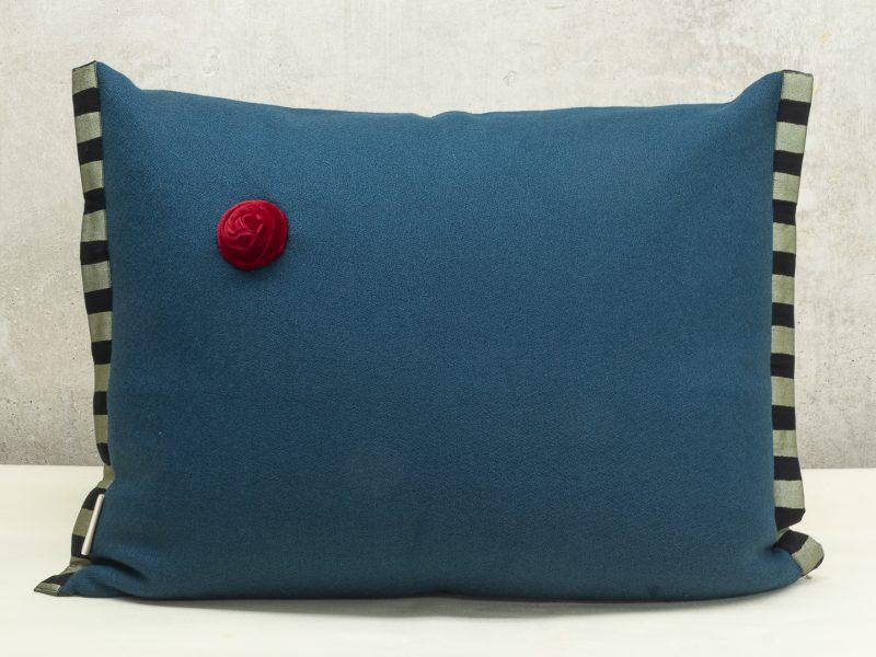 Handgefertigtes Dekorkissen petrol mit roter Knospe und Baumwolleinfassung