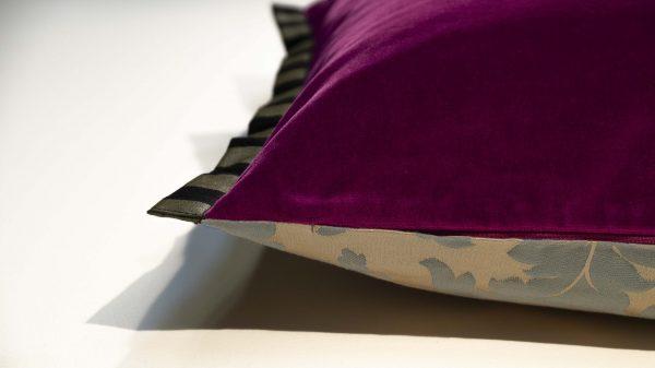 Handgefertigtes Dekorkissen mit Seidenjaquard und Baumwollsamt