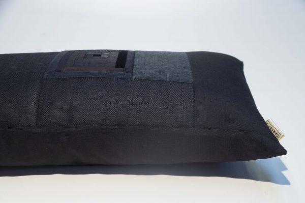 Patchwork-Kissen in schwarz aus verschiedensten hochwertigen Stoffen