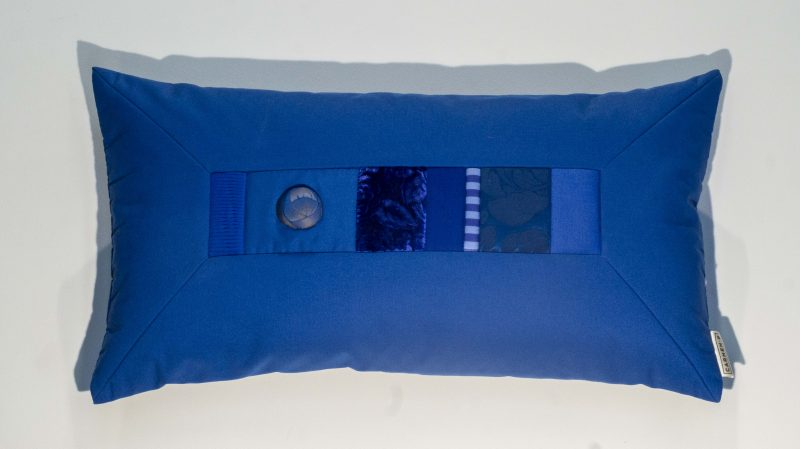 Kissen Rea in blau handgefertigt aus hochwertigen Stoffen