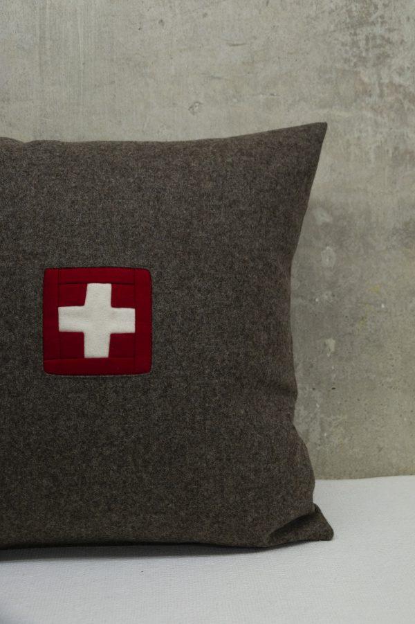 Swiss Kissen mit original Schweizer Kreuz in verschiedenen Brauntönen