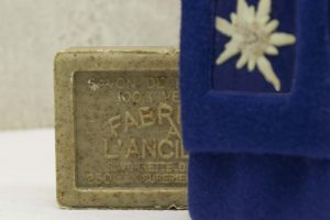 Seife aus Marseille in Wollverpackung mit echtem Zuchtedelweiß