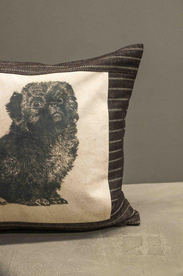 Quadratisches Kissen mit Hundemotivdruck auf Baumwollstoff