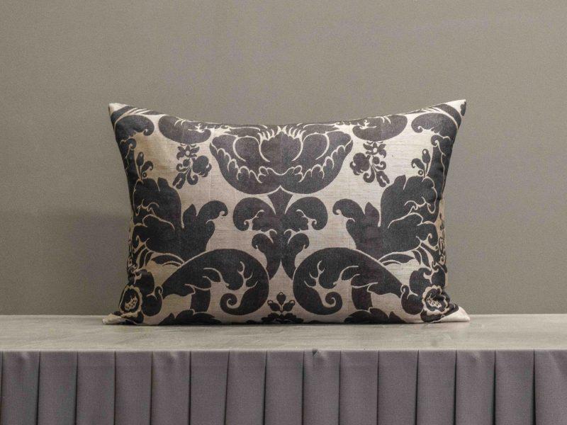 Hochwertiges Kissen mit barockem Muster in Naturtönen
