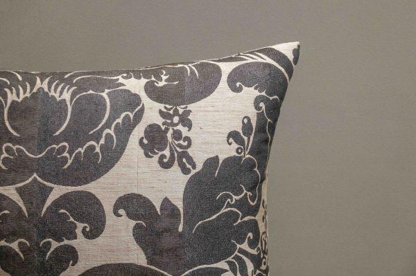 Hochwertiges Kissen mit barockem Muster Naturfarben